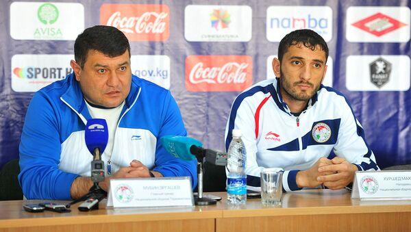 Мубин Эргашев (слева) и  Хуршед Махмудов на пресс-конференции - Sputnik Таджикистан