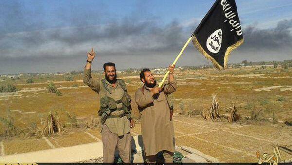 Боевики ИГ держат свой флаг. Архивное фото - Sputnik Таджикистан