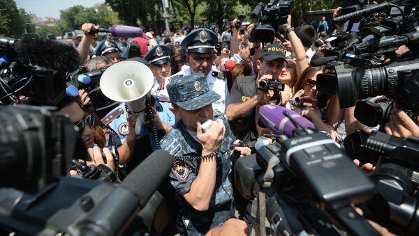 Журналисты Армении работают во время акции протеста. Архивное фото. - Sputnik Таджикистан