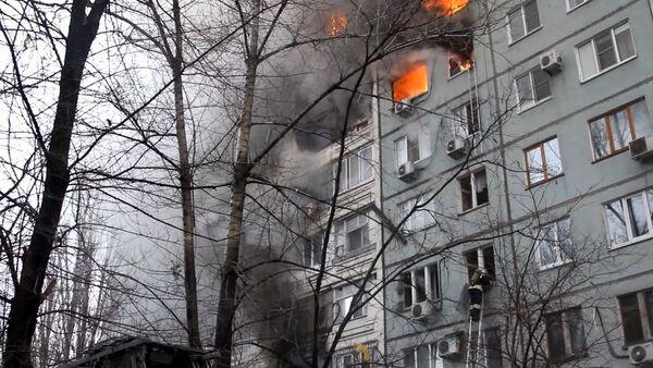 Работа пожарных и спасателей на месте взрыва газа в жилом доме в Волгограде - Sputnik Таджикистан