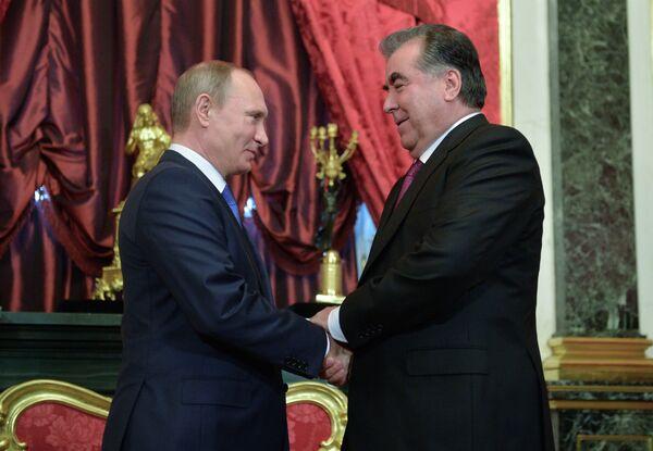 Президент России Владимир Путин (слева) и президент Таджикистана Эмомали Рахмон перед началом заседания ОДКБ в Кремле. 21 декабря 2015 года - Sputnik Таджикистан
