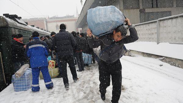 Трудовые мигранты уезжают на родину в Таджикистан. Архивное фото - Sputnik Тоҷикистон