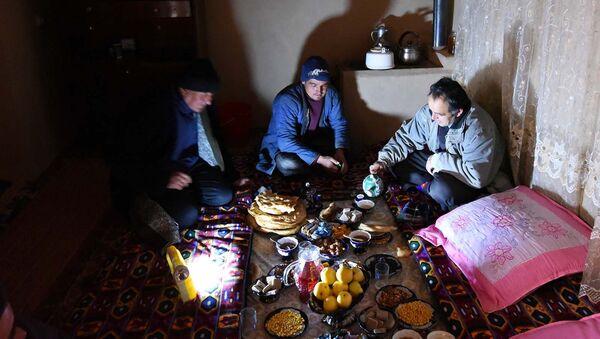Ужин в одном из кишлаков Хатлонской области Таджикистана. Архивное фото - Sputnik Таджикистан