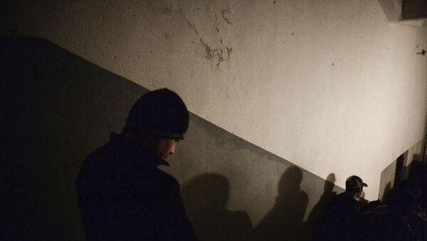 Иностранные рабочие выходят на улицу во время рейда ФМС по выявлению нелегальных мигрантов в Москве. Архивное фото - Sputnik Таджикистан