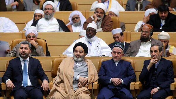 Мухиддин Кабири (слева) и Саидмукаррам Абдулкодирзода (справа) на международной исламской конференции в Иране - Sputnik Таджикистан