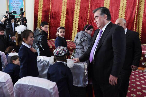300 воспитанников школ-интернатов получили подарки от Рахмона - Sputnik Таджикистан