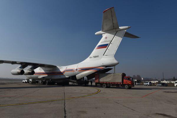 Самолет МЧС России  12 января доставил в Таджикистан более 32 тонн гуманитарной помощи - Sputnik Таджикистан