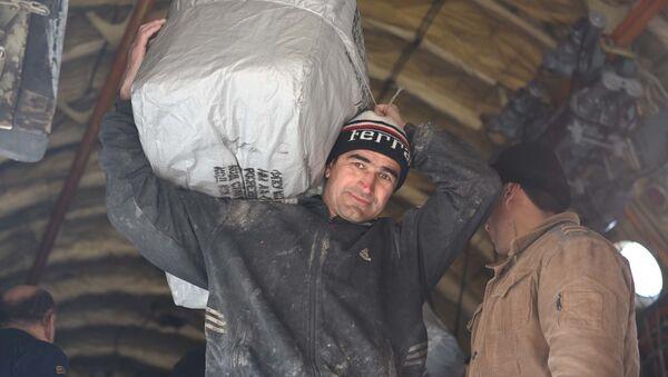 Погрузка гуманитарной помощи из самолета МЧС РФ в аэропорту Душанбе - Sputnik Тоҷикистон