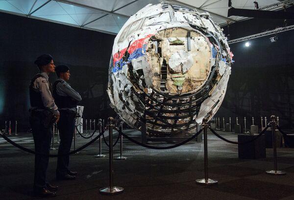 Представление доклада об обстоятельствах крушения лайнера Boeing 777 Malaysia Airlines (рейс MH17) на востоке Украины. Архивное фото - Sputnik Таджикистан