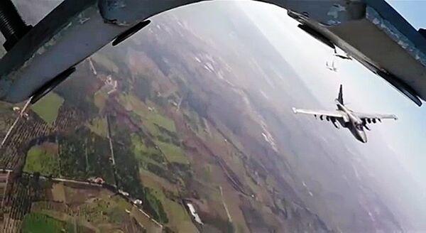Боевая работа российских Су-25 с АвБ Хмеймим в сопровождении сирийских МиГ-29 - Sputnik Таджикистан