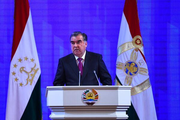 Эмомали Рахмон во время ежегодного послания к депутатам обеих палат парламента 20 января 2016 года - Sputnik Таджикистан