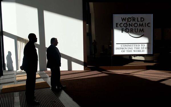 Логотип Всемирного экономического форума в гостиничном комплексе в Давосе - Sputnik Таджикистан