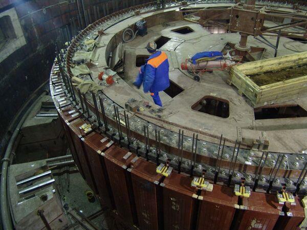 Монтаж колеса гидроагрегата Сангтудинской ГЭС-1. Декабрь 2007 года. - Sputnik Таджикистан