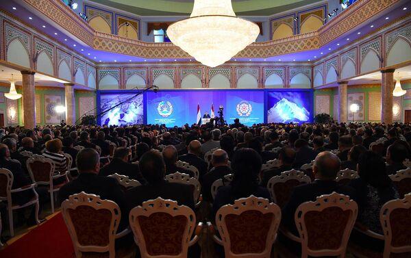 Эмомали Рахмон во время ежегодного послания к депутатам обеих палат парламента - Sputnik Таджикистан