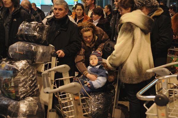 Пассажиры в аэропорту Домодедово, где после взрыва усилены меры безопасности. - Sputnik Таджикистан