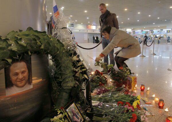 Возложение цветов на месте теракта в аэропорту Домодедово - Sputnik Таджикистан