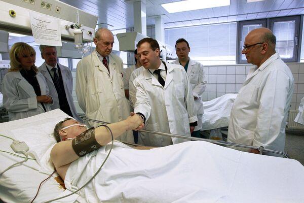 Дмитрий Медведев навестил в институте Склифосовского пострадавших при теракте в Домодедово - Sputnik Таджикистан