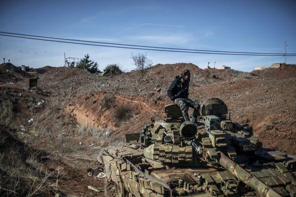 Военнослужащий Сирийской арабской армии (САА) на огневой позиции. Архивное фото - Sputnik Таджикистан