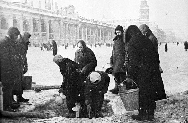 Жители блокадного Ленинграда на Невском проспекте, 1942 год - Sputnik Таджикистан
