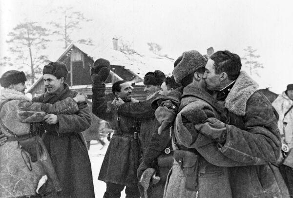 Встреча солдат Красной армии после прорыва блокады Ленинграда - Sputnik Таджикистан