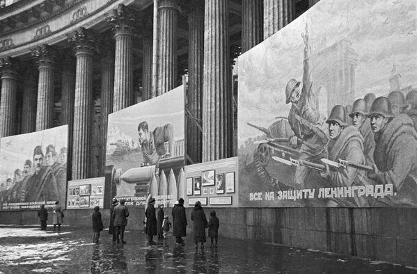 Плакаты на Казанском соборе. Ленинград октябрь 1941 года - Sputnik Таджикистан
