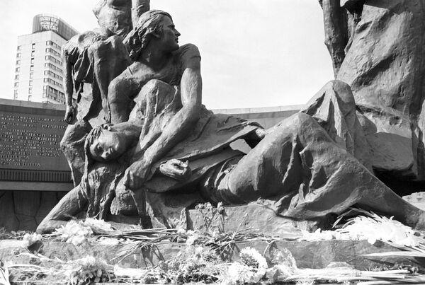 Скульптурная группа Блокада - Sputnik Таджикистан