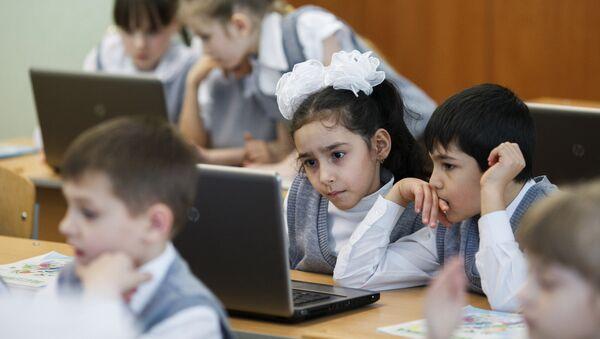 Дети за компьютером в школе, архивное фото - Sputnik Таджикистан