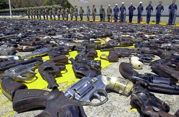 Военнослужащие стоят возле конфискованного у населения оружия на площади в Каракасе. - Sputnik Таджикистан