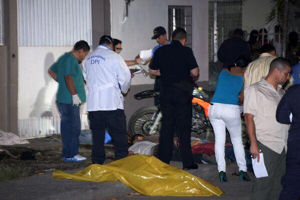 Специалисты исследуют место убийства в Сан-Педро-Сула, где были убиты пять человек - Sputnik Таджикистан