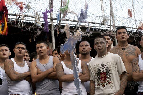 Члены уличных банд Сан-Сальвадора. Архивное фото - Sputnik Таджикистан