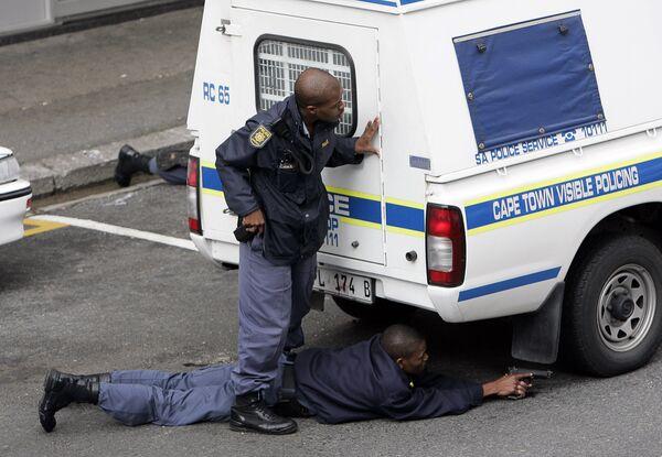 Полицейские Кейптауна во время спецоперации. Архивное фото - Sputnik Таджикистан