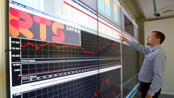 Сотрудник в офисе фондовой биржи РТС. Архивное фото - Sputnik Таджикистан