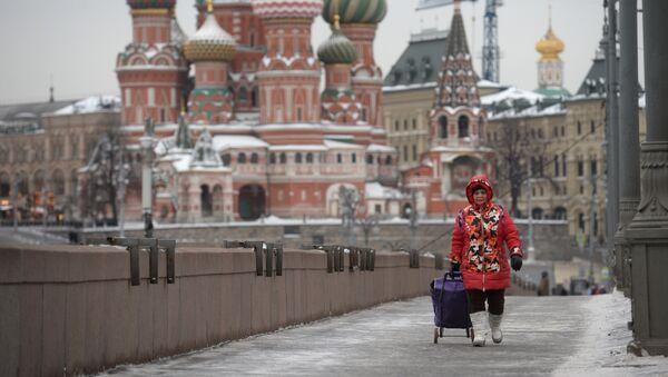 Женщина на Большом Москворецком мосту на Красной площади в Москве - Sputnik Таджикистан