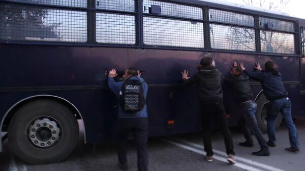 Фермеры раскачивали автобус полиции на митинге против реформ в Греции - Sputnik Таджикистан