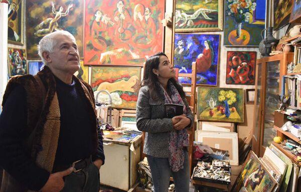 Художник Муриват Бекназаров (слева) и его картины. Архивное фото - Sputnik Таджикистан
