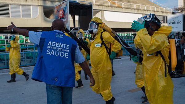 Муниципальные работники Рио-де-Жанейро распыляют специальные химикаты для предотвращения распространения вируса Зика на улицах города. Архивное фото - Sputnik Таджикистан