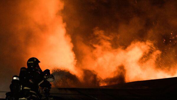 Сотрудники пожарно-спасательных подразделений МЧС, архивное фото - Sputnik Таджикистан