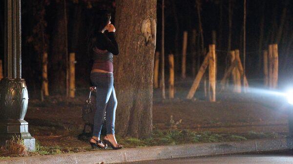 Женщина, занимающая проституцией, у дороги. Архивное фото - Sputnik Тоҷикистон