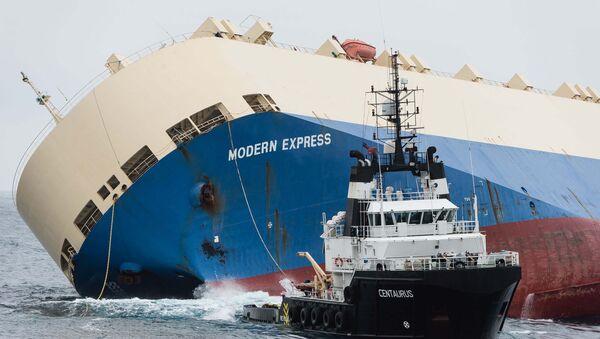 Операция по буксировке поврежденного южнокорейского грузового корабля Modern Express в порт Бильбао в северной части Испании - Sputnik Таджикистан