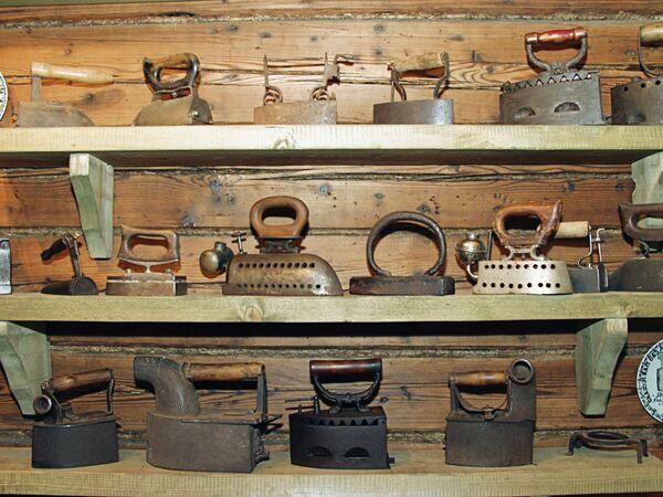 Утюги из музея в Переславле-Залесском - Sputnik Таджикистан