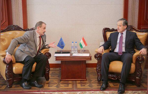 Посол Евросоюза в Душанбе Хидайет Бишчевич (слева) на встрече с министром иностранных дел Таджикистана Сироджиддином Асловым - Sputnik Таджикистан