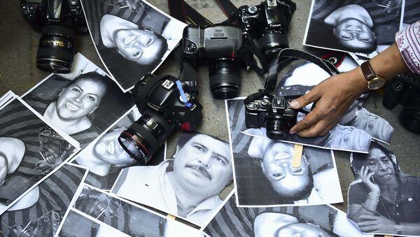 Камеры и фотографии убитых журналистов в ходе презентации на акции протеста в Мехико (Мексика) - Sputnik Тоҷикистон