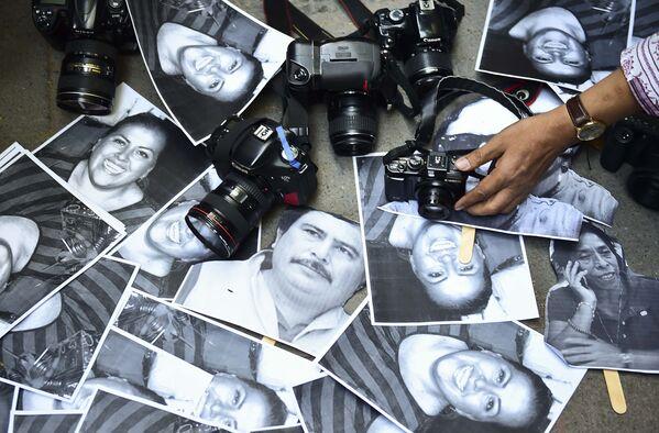 Камеры и фотографии убитых журналистов в ходе презентации на акции протеста в Мехико (Мексика) - Sputnik Таджикистан