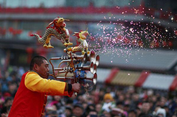 Артист играет на музыкальном инструменте в городе Шэньян (Китай) - Sputnik Таджикистан