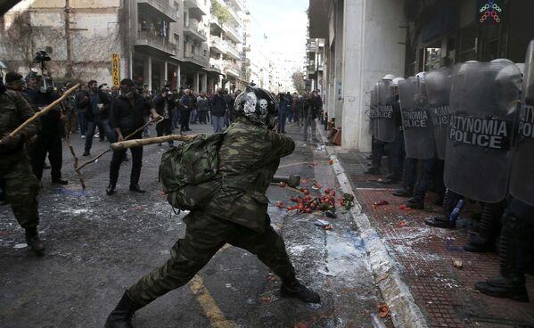 Греческие фермеры с острова Крит участвуют в столкновениях с полицией в Афинах - Sputnik Таджикистан
