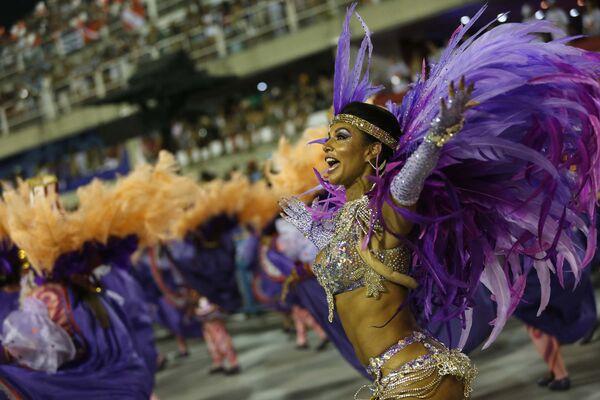 Представительница школы самбо Сальгуэйро выступает на шествии в Рио-де-Жанейро (Бразилия) во время праздничного карнавала - Sputnik Таджикистан