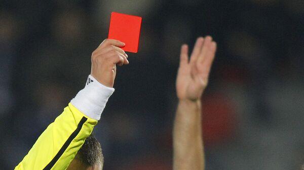 Арбитр показывает красную карточку на футбольном матче. Архивное фото - Sputnik Таджикистан