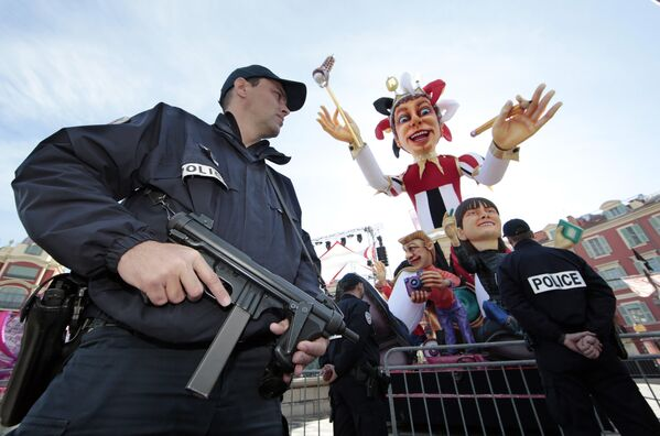 Полицейские на карнавале в Ницце - Sputnik Таджикистан