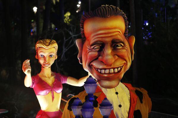 Гигантская кукла в образе Сильвио Берлускони на карнавале в Ницце - Sputnik Таджикистан