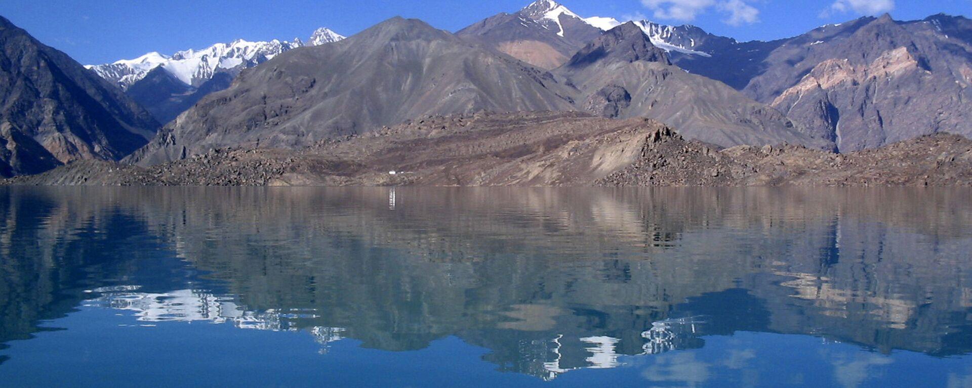 Сарезское озеро в горах Памира, архивное фото - Sputnik Таджикистан, 1920, 31.05.2019